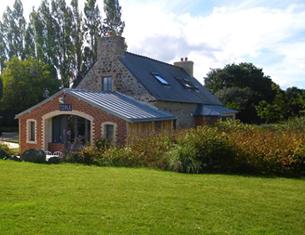 Sept petites maisons dans la prairie en Bretagne